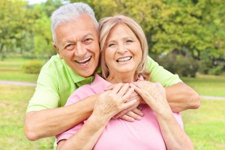 vejez feliz: Retrato de una pareja de ancianos feliz al aire libre. Foto de archivo