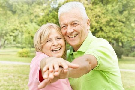 Lachende gelukkige paar ouderen genieten van buiten.