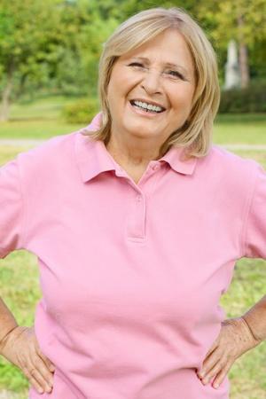 Portret van een succesvolle senior vrouw buitenshuis. Stockfoto