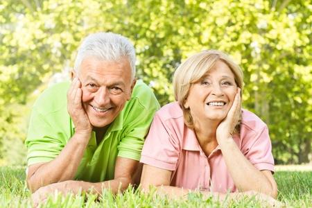 Porträt der alten Menschen glücklich entspannt in der Natur. Standard-Bild