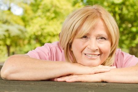 mujeres maduras: Retrato de mujer sonriente al aire libre alto. Foto de archivo