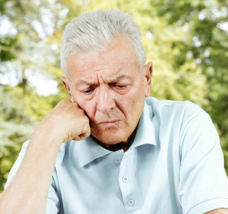 hombre preocupado: Retrato de hombre mayor preocupados al aire libre. Foto de archivo
