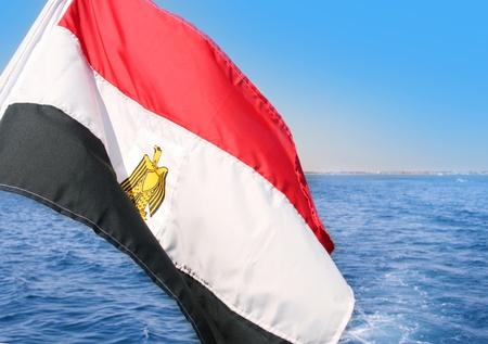 bandera de egipto: Bandera egipcia sobre el mar azul y el cielo de fondo
