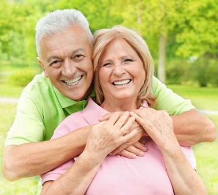 Happy senior žena a muž se těší v parku. Reklamní fotografie - 12634412