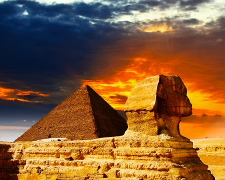 Great Sphinx and the Pyramids at sunset Foto de archivo