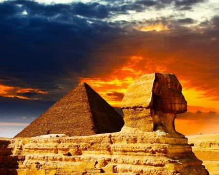 esfinge: Gran Esfinge y las pirámides al atardecer