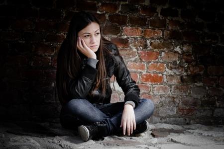 adolescencia: Adolescente deprimido y solitario, cara triste expresión.