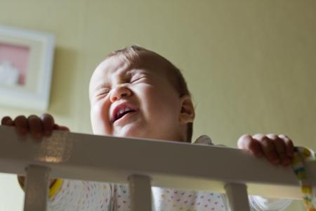 baby huilen: Portret van huilende baby meisje. Stockfoto