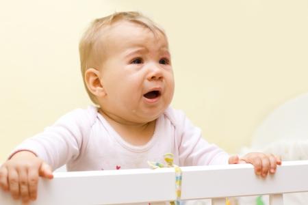 baby huilen: Portret van huilen baby meisje.
