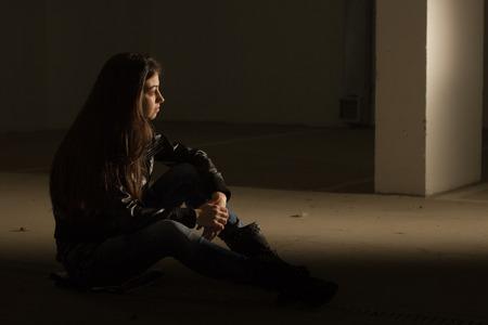 fille triste: Dépressive adolescente Banque d'images