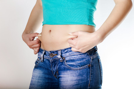 cintura perfecta: Mujer atractiva delgada en pantalones vaqueros con cintura perfecta. Foto de archivo