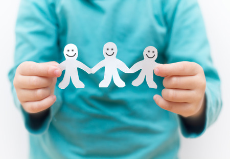 cadenas: Cadena feliz Gente de papel en las manos de los ni�os