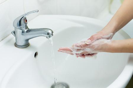 lavandose las manos: Lavarse las manos con jab�n en el ba�o. Higiene Foto de archivo