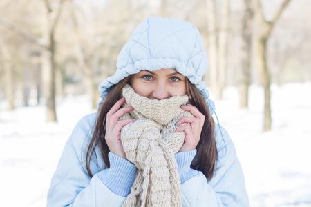 raffreddore: Inverno Ritratto di giovane donna che indossa vestiti per il freddo in giorno di neve Archivio Fotografico
