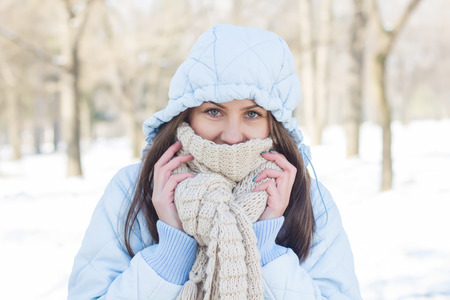 estado del tiempo: Invierno Retrato de mujer joven que llevaba ropa para clima frío en el día de la nieve Foto de archivo