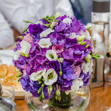 arreglo floral: Arreglo colorido de flores de la boda en las celebraciones en la mesa en un restaurante.