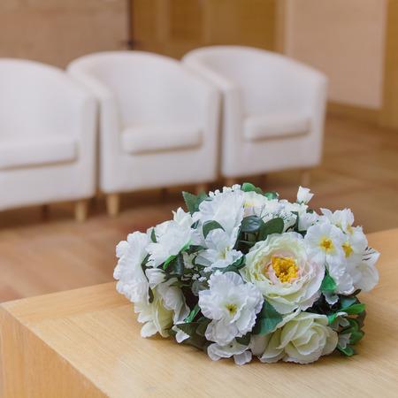 arreglo floral: La boda del centro de flores sobre la mesa. Foto de archivo
