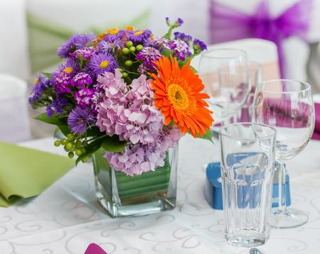 arreglo floral: Centro de flores colorido en las celebraciones de boda en la mesa en un restaurante. Foto de archivo