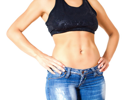 cintura: Mujer atractiva delgada perfecta con cuerpo en forma saludable, mostrando su delgada cintura.