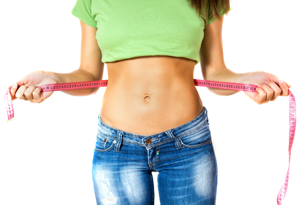 테이프 단위와 그녀의 얇은 허리를 측정하는 완벽한 건강 체력 바디 슬림 여성.