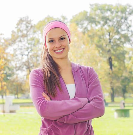 vida sana: Fitness Mujer joven sonriente, retrato al aire libre, fresca hermosa feliz hembra deportiva en el parque, Vida sana