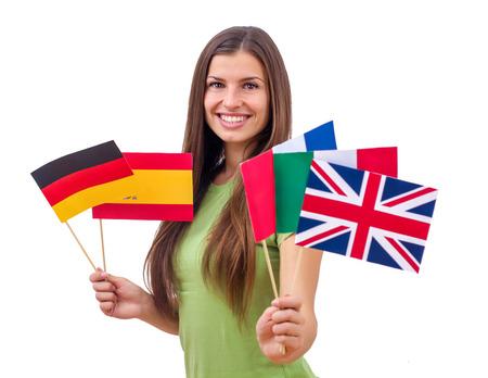 idiomas: Retrato de feliz hembra hermosa estudiante con banderas internacionales.