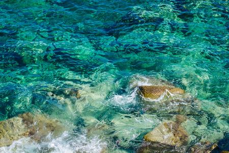 turquesa: Costa con rocas en el hermoso color turquesa del Mar Egeo. Calcídica, Grecia. Foto de archivo