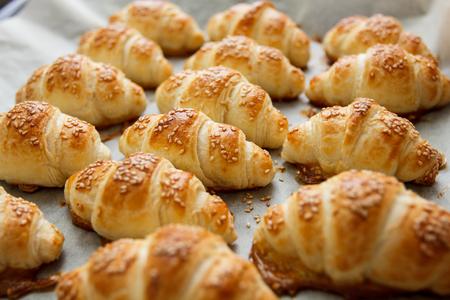pasteleria francesa: Croissant cocido al horno fresco, reposter�a hecha en casa con s�samo.