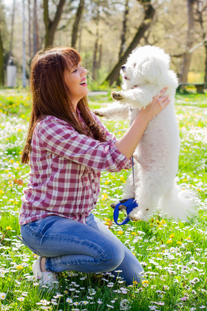 mujer perro: Happy beautiful young woman, enjoying nature with her dog, at sunny spring day in the park.