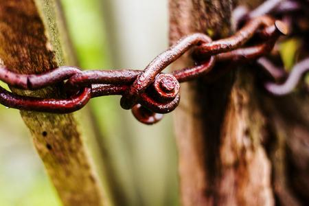 oxidado: Cadenas oxidadas, corroídas cadena de metal en la luz del día.
