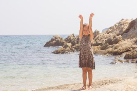 Portret van meisje op het strand. Zomervakantie.
