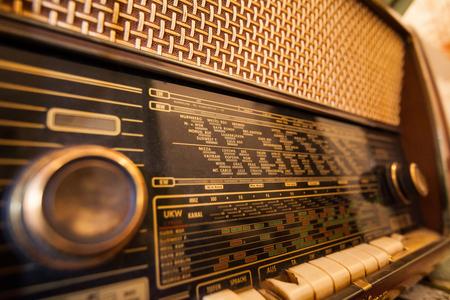 Retro alter Radio, Weinleseradioskala, Nahaufnahme.