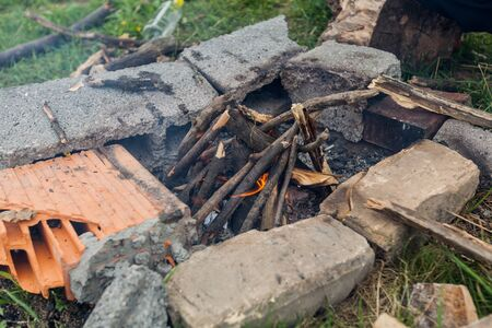 Fireplace for improvised barbecue at campsite in the nature. Foto de archivo - 150555836