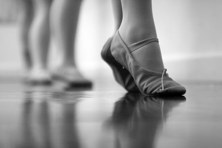bailarina de ballet: Bailarines de ballet pies y las piernas. Intencionalmente dispararon a ISO alto para dar un granulado, se sienten viejos tiempo - con reducci�n de ruido selectiva aplicada. Blanco y negro
