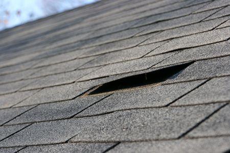 tejas: Problemas de impermeabilizaci�n de cubiertas - da�os a la culebrilla que necesita reparaci�n - mantenimiento del hogar serie. Narrow DOF
