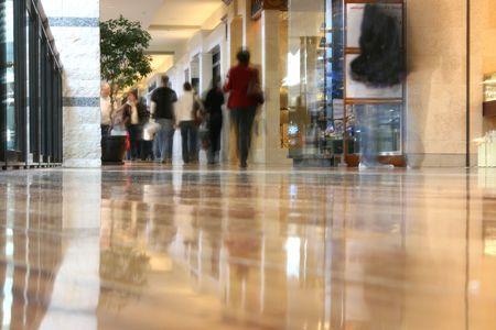 centro comercial: La gente caminando por el centro comercial - fotograf�a tomada desde el suelo dando un bajo �ngulo de vista y al pueblo de compras son borrosos y aparecen como fantasmas