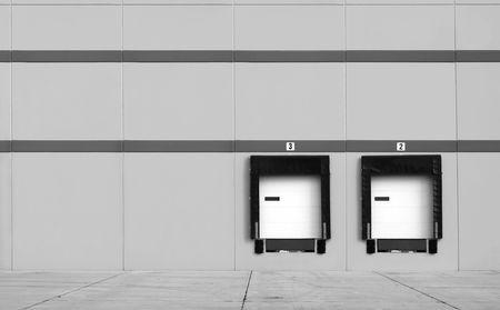 Quai de chargement dans un entrepôt - montrant que le pas des portes et des camions