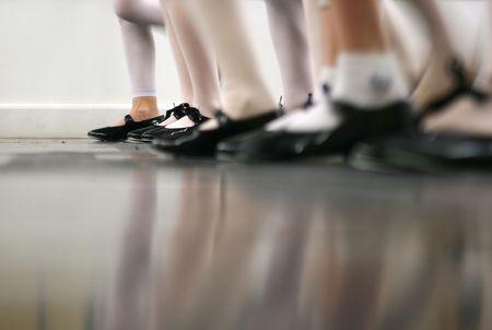 tapping: Giovani danzatori sono di apprendimento - questo gruppo � vigorosamente toccando toccare con le scarpe. Un sacco di movimento