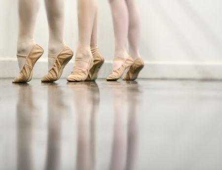 zapatillas ballet: Ballet Dancer Pies - Esta es una versi�n m�s reciente de una imagen popular ... �ste es m�s ligero y tiene m�s borroso para poner de relieve los pies y no el fondo.  Foto de archivo