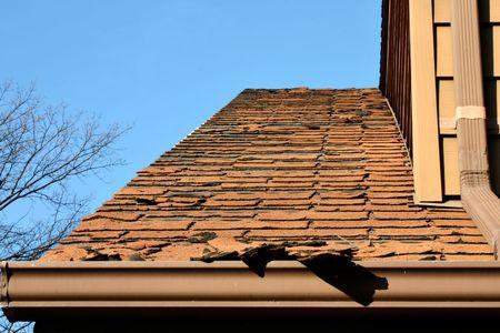 gouttière: Est-ce que votre toit ressemble � ceci? Vous avez besoin d'aide! (L'accent est mis sur le devant)