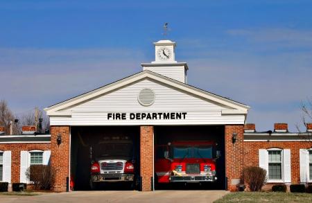 camion de bomberos: Una estaci�n de bomberos urbana dispuesta a ir