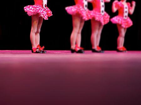 pies bailando: un bailar�n se destaca. Nota: la izquierda es bailar�n en el punto de mira - mejorada para poner mano derecha bailarines m�s fuera de foco