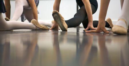 젊은 댄서들은 배우고 있습니다 - 그들은 강사가 다음에해야 할 말을보고 싶어합니다 ... 다리와 발의 낮은 각도 샷 스톡 콘텐츠 - 3011051