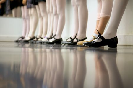chicas bailando: Toque joven bailarina ... bajo el �ngulo de disparo s�lo los pies y las piernas  Foto de archivo