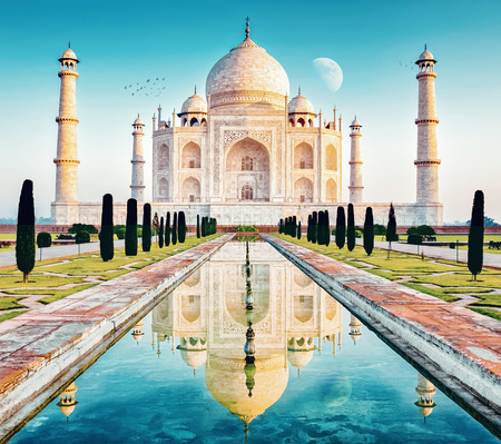 the taj mahal in the indian region uttar pradesh Reklamní fotografie - 89403098