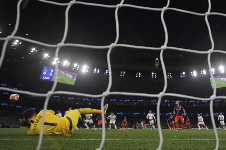 LONDON, ENGLAND: 09 MAR 2019. Hugo Lloris of Tottenham saves a penalty during the UEFA Champions League Quarter Final, First Leg match Редакционное