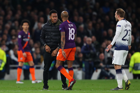 LONDON, ENGLAND: 09 MAR 2019. A pitch invader is confronted by Fabian Delph of Man City during the UEFA Champions League Quarter Final, First Leg match Редакционное