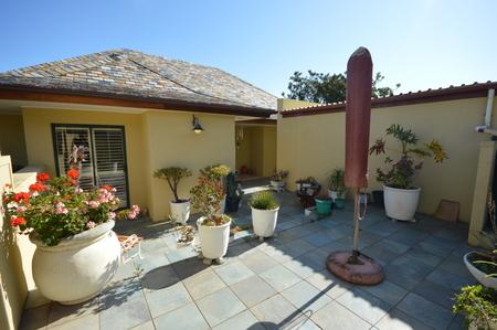 Pintoresco patio amurallado