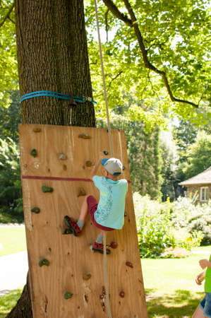 Child on the climbing wall in the climbing garden Banque d'images
