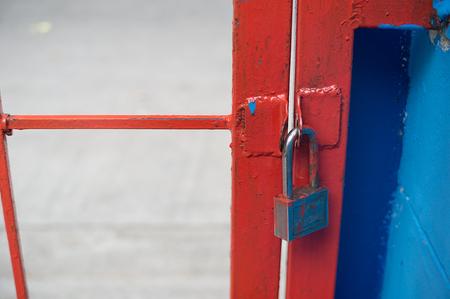 puertas de hierro: Naranja puertas de hierro y llaves. Foto de archivo